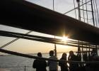 Coucher de soleil sur la rade de Brest à bord de la goélette La Recouvrance.
